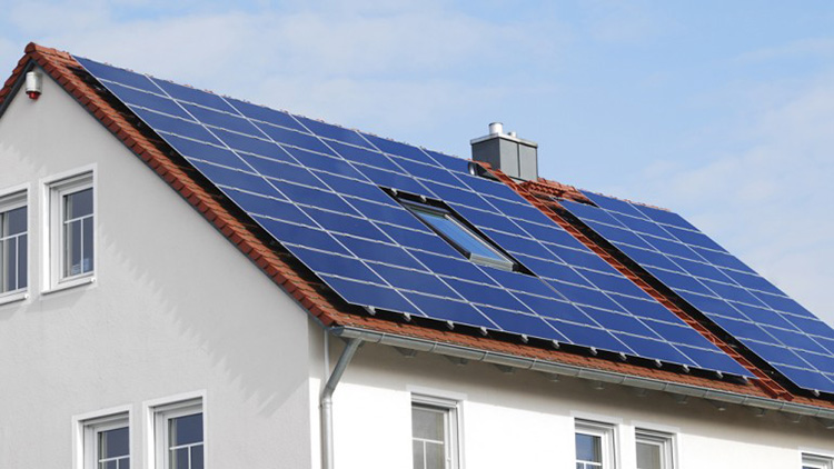 Солнечные батареи на крыше дома