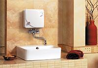 Небольшой водонагреватель на стене
