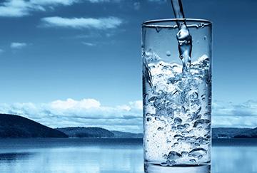 Стакан с холодной водой