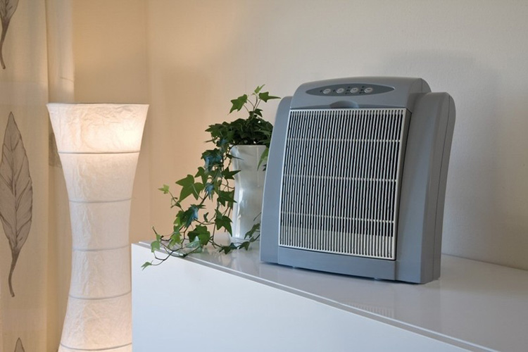 Прибор для зарядки воздуха отрицательными ионами