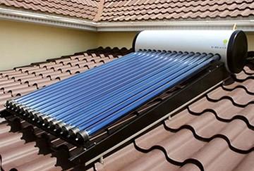 Солнечный водонагреватель на крыше