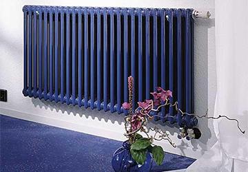 Отопительный радиатор в синем цветовом исполнении