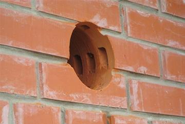 Отверстие вентиляционное в кирпичной стене